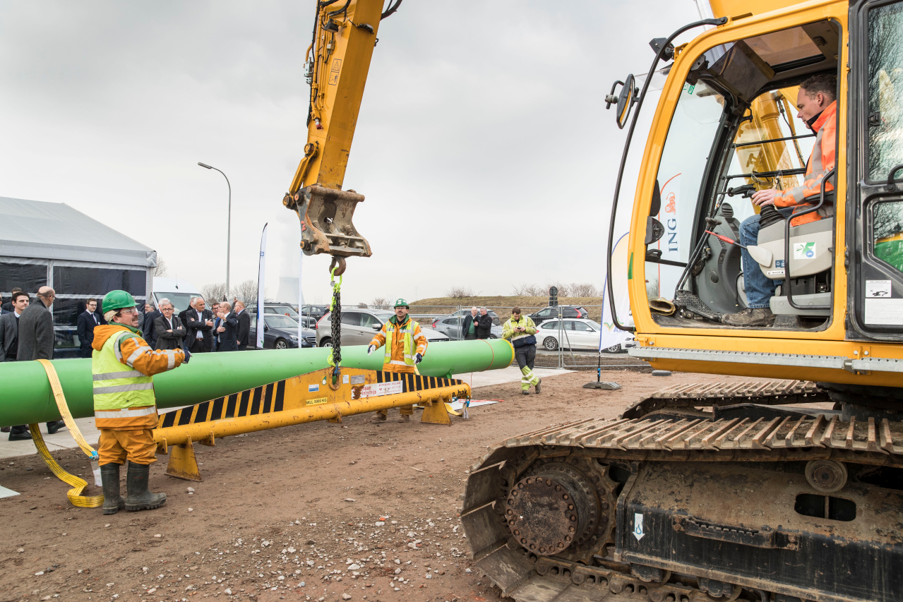 The first pipeline for the new industrial steam network ECLUSE was laid in Waasland Port on 6 February, ECLUSE - eerste buislegging warmtenet